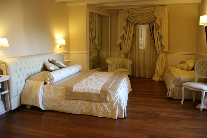 Suite Hotel Santa Chiara (4-stars Luxury - downtown hotel)